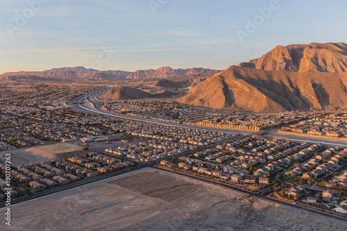 Fotobehang Las Vegas Early morning view of new neighborhoods and Route 215 from the top of Lone Mountain in Northwest Las Vegas.