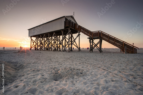Fotobehang Noordzee Nordseeurlaub - Sonnenuntergang am strand von st. Peter-Ording, Stelzenbau