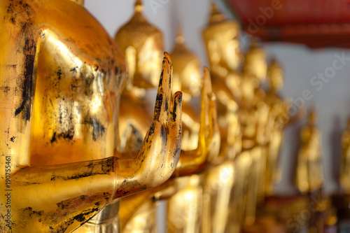 In de dag Bangkok Detail of the golden Buddhas displayed at Wat Pho, Bangkok, Thailand.
