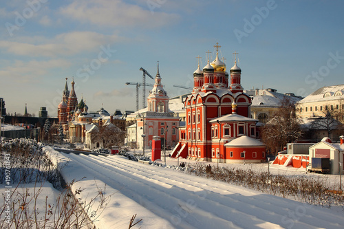 Poster Moskou Beautiful winter landscape with a view of the old part of the city with temples..