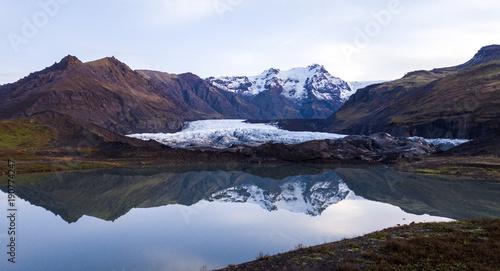 Foto op Plexiglas Blauwe hemel iceland mountain