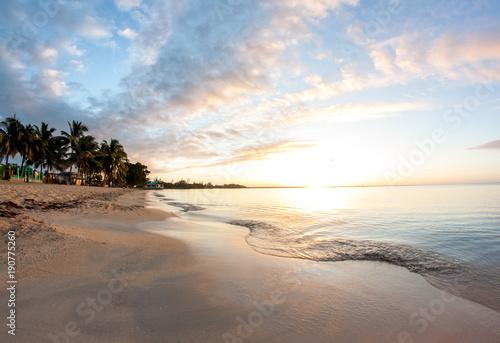 Staande foto Ochtendgloren Karibik Sonnenaufgang am Strand mit Palmen in Kuba