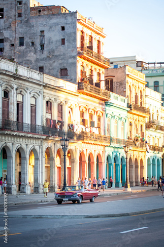 Foto op Aluminium Havana roter Oldtimer auf den Straßen von Havanna Kuba