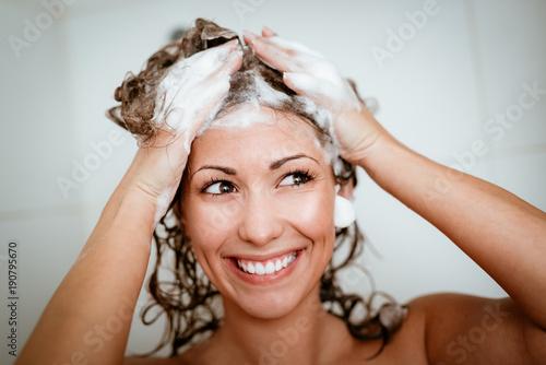 Foto Murales Girl Washing Hair