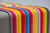 kolorowe pudełka z tworzywa sztucznego