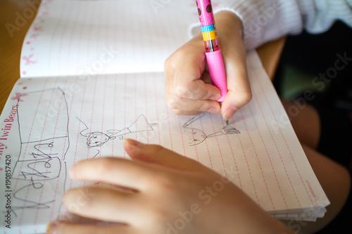 自由帳に絵を書く女の子
