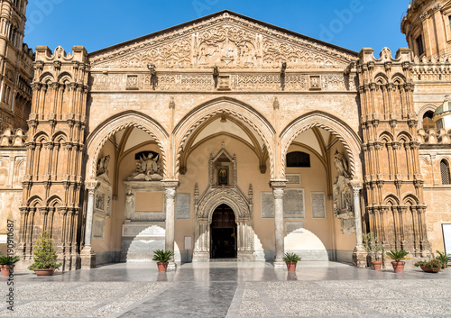 In de dag Palermo The famous portico by Domenico and Antonello Gagini of Palermo Cathedral church, Sicily, southern Italy