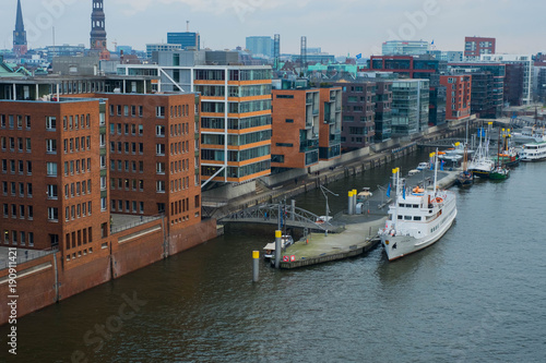 Keuken foto achterwand Schip Hamburg, Germany-December 2017. Quay with beautiful office buildings near the river Elba and boats on the quay
