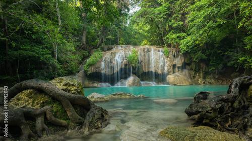 cudowny-zielony-wodospad-i-milo-odpoczywac