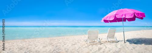 Strand Panorama mit Sonnenschirm und Liegestühlen