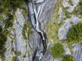 Vista aerea di una cascata in Val di Mello, una valle verde circondata da montagne di granito e boschi, ribattezzata la Yosemite Valley italiana. Val Masino, Valtellina, Sondrio. Italia - 190944642