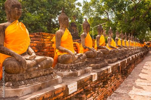 Fotobehang Thailand alignement de bouddhas, temple de Wat Yai Chai Mongkol, Thaïlande