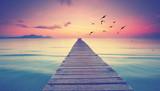 romantischer Holzsteg am Meer