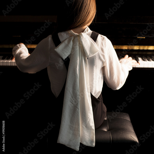 Fotobehang Muziek Niña tocando el piano