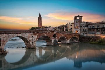 Die Ponte Pietra Brücke in Verona, Italien, an einem sommerlichen Abend
