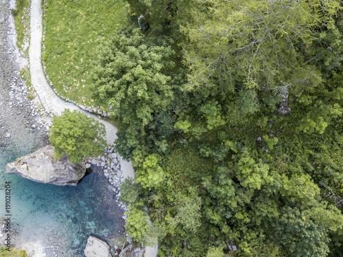 Fotobehang Bergrivier Vista aerea della roccia gigante chiamata il Bidet della Contessa nella Val di Mello, una valle verde circondata da montagne di granito e boschi. Sondrio. Lombardia. Italia