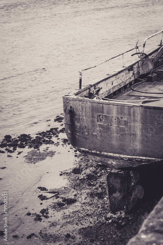 Deurstickers Schipbreuk Gretyscale abandonded fishing boat