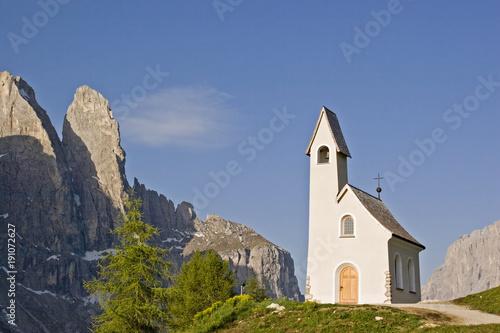 Staande foto Natuur Kapelle San Maurizio auf dem Grödner Joch