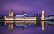Big Ben und der Westminster Palast in London bei Nacht mit Reflektionen in der Themse