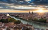 Blick auf die Altstadt von Verona, Italien, bei Sonnenuntergang im Sommer - 191074228