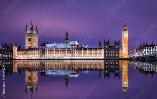 Staande foto Londen Big Ben und der Westminster Palast in London bei Nacht mit Reflektionen in der Themse
