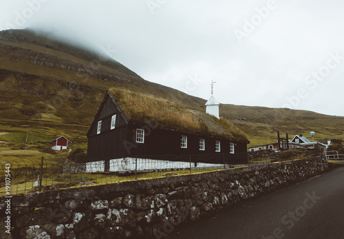 Aluminium Vuurtoren Small misty black chapel and the ocean on the front in Faroe Islands