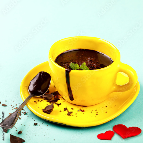 Foto op Canvas Chocolade Hot Chocolate with Green Mint in a Yellow Cup Festive Drink for the Day of All Lovers Dessert on a Colored Background