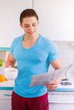 Junger Mann liest lesen Zeitung in der Küche Hochformat morgens Morgen - 191101638