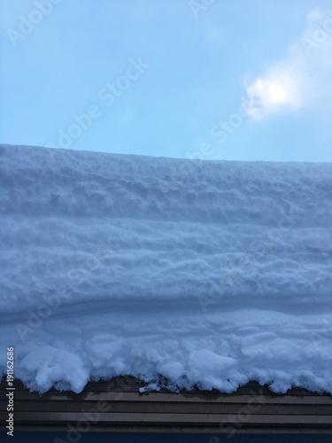 一気に降り積もった雪の合間に
