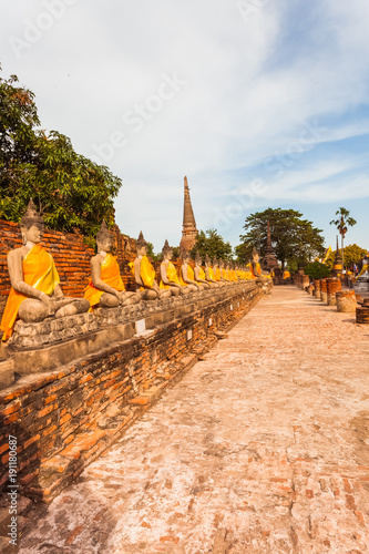 Fotobehang Thailand alignement de bouddhas de pierre, temple de Wat Yai Chai Mongkol, ayatthaya, Thaïlande