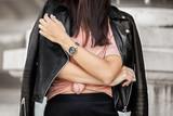Détail d'une blogger streetstyle avec une veste en cuire - 191192412