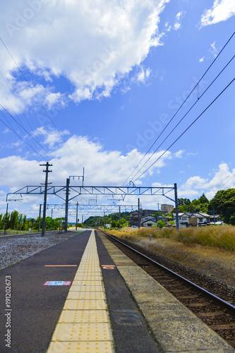 Fotobehang Spoorlijn ローカル鉄道の駅のプラットホーム