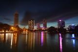 Die Skyline von Colombo mit Spiegelung im See bei Nacht - 191205252