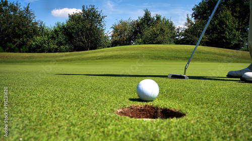 golfer-hit-mic-pada-do-diry-golf-sport-pozadi-plakat