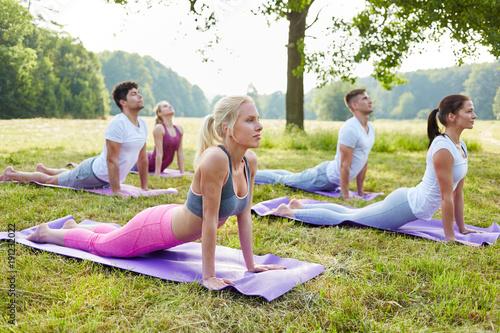 Wall mural Junge Leute machen Yoga Kurs für Wellness
