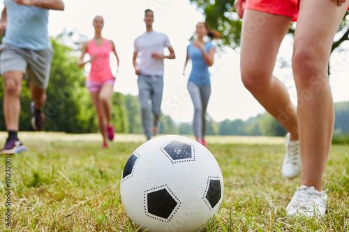 Leute spielen Fußball in der Freizeit