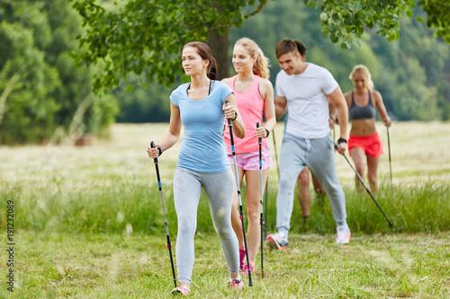 Gruppe macht Nordic Walking in der Freizeit