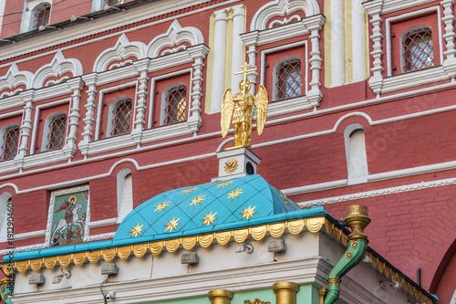 Anioł z krzyżem na kaplicy przy Bramie Zmartwychwstania w Moskwie