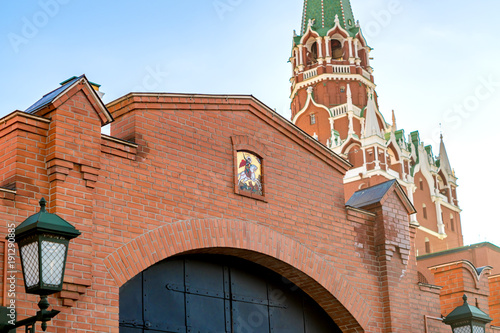 Poster Moskou fragment of moscow kremlin wall with Trinity tower and metal gates