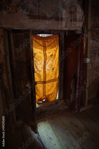 Fotobehang Boeddha Doorway from interior of the Lamayuru