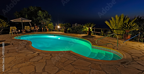 In de dag Cyprus Private swimming pool at night