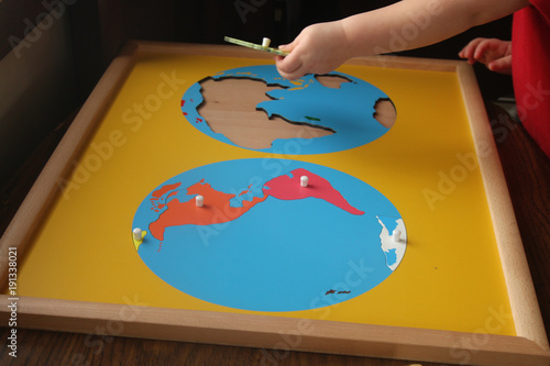 Foto Murales toddler adding europe to continents puzzle