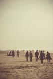 foule se promenant sur la plage - 191355837