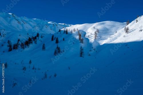 Staande foto Nachtblauw Sonnenaufgang über den tiefverschneiten Gipfeln im Villgratental