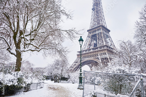 Wall mural Scenic view to the Eiffel tower on a day with heavy snow