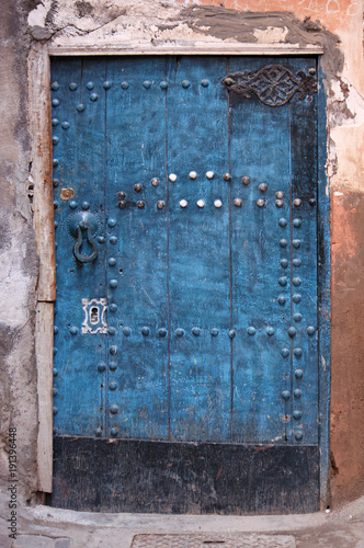 Papiers peints Maroc Vintage blue wooden door in Marrakesh, Morocco