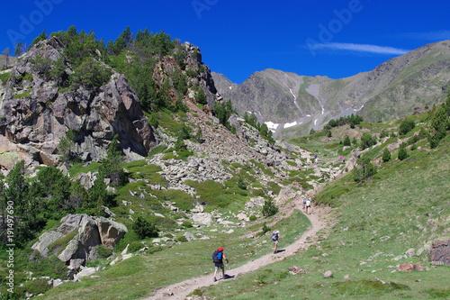 Fotobehang Olijf Montagnes des Pyrénées et randonneurs