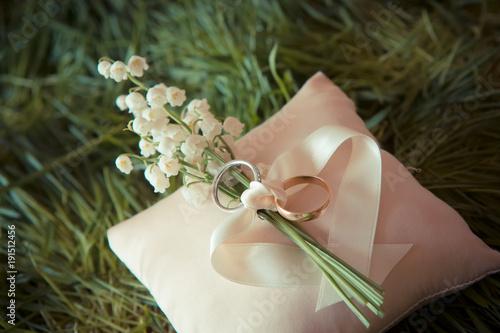 Plexiglas Lelietjes van dalen white gold wedding rings with a bouquet