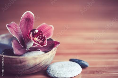 zen - kwiat orchidei i kamienie