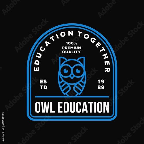 Aluminium Uilen cartoon owl - vector logo/icon illustration label